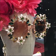 Fuchsia headwear contrast pink-sprinkled petals of this Dolce-&-Gabbana Sunglass Modeling composition. Retail Fixtures, Store Displays, Black Purses, Visual Merchandising, Eyewear, Modeling, Commercial, Spaces, Sunglasses