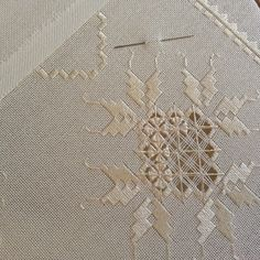 This Pin was discovered by Dol Hardanger Embroidery, White Embroidery, Cross Stitch Embroidery, Hand Embroidery, Embroidery Patterns Free, Doily Patterns, Embroidery Designs, Crochet Patterns, Drawn Thread