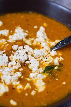 Karottensuppe mit Feta. SUPER lecker und nur 6 Zutaten. Unbedingt probieren - Kochkarussell.com