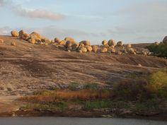 Vista geral do Lajedo de Pai Mateus situado em Cabaceiras, estado da Paraíba, Brasil. O Lageado é uma formação rochosa composta de grandes pedras arredondadas (chegam a pesar 45 toneladas) que destacam-se sobre o chão de pedras e a vegetação escassa da região do Cariri Paraibano. Foi eleita a primeira entre as Sete Maravilhas da Paraíba.  Fotografia: Bengela.