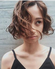 Do you like your wavy hair and do not change it for anything? But it's not always easy to put your curls in value … Need some hairstyle ideas to magnify your wavy hair? Cute Bob Haircuts, Stacked Bob Hairstyles, Bob Haircuts For Women, Permed Hairstyles, Trendy Hairstyles, Short Curly Hair, Curly Hair Styles, Bob Perm, Blonde Bob Haircut