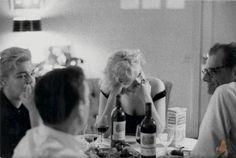 Marylin, Arthur Miller, Yves Montand and Simone Signoret (1960) Le regard de Signoret sur l'homme de sa vie tombant amoureux d'une autre femme.... Tout est dit sur cette photo