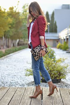 BURGUNDY – Mi Aventura Con La Moda Outfit Invierno, T Shirt And Jeans, Vogue, Boyfriend Jeans, Short Skirts, Outfit Of The Day, Autumn Fashion, High Heels, Burgundy