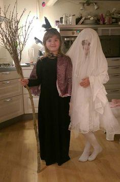 Hallowen heks med kost og zombi brud