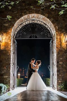 Evening couple shot in Arizona moonlight in Villa Siena front courtyard | Leslie Ann Photography | villasiena.cc