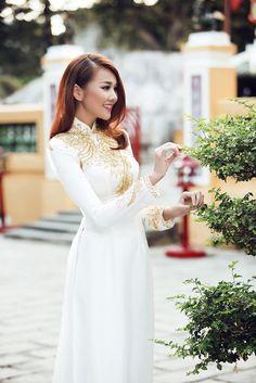 Không mạnh mẽ, cá tính như hình tượng thường thấy, siêu mẫu Thanh Hằng trông vô cùng dịu dàng và thướt tha khi diện những chiếc áo dài đủ màu sắc.