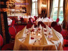 Een huwelijksdiner in de Blauwe Salon van Kasteel Keukenhof. Ronde tafels voorzien van wit linnen en witte pantservet maar de stoelen niet afgerokt. Roze en rode accenten op tafel tezamen met kleine witte sfeerlichtjes. Homemade Catering op Maat denkt graag met u mee.