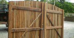 Resultado de imagem para portões de madeira