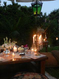 Flores, frutas, velas muy romántico...
