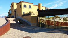 Un pequeño spa en una masía-hotel envuelta de viñedos con unas fantásticas vistas. Spas, Montserrat, Mansions, House Styles, Home Decor, Hotels, Restaurants, Wine Cellars, Impressionism