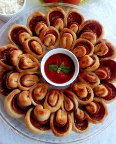 Μαργαρίτα σαν πίτσα με αλλαντικά και τυρια και σπιτική ζύμη εύκολη και νόστιμη. Μπορούμε να τη φτιάξουμε για το παιδικό πάρτυ για ένα επίσημο τραπέζι Pretzel Bites, Margarita, Sausage, Bread, Food, Sausages, Brot, Essen, Margaritas