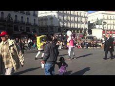 bob esponja y hello kitty a hostias en la puerta del sol (Madrid)