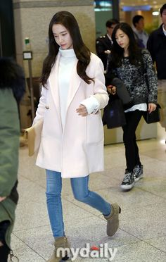 SNSD Yoona pretty in pink on her arrival in Incheon airport in Jan 2015. Love the trend of white turtlenecks under wool jackets. Also love her tan ankle boots. #shoes.