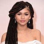 """#6 : Faux locs : Cette coiffure est réalisée grâce aux cheveux """"Marley"""" (des cheveux synthétiques spéciaux possédant une texture épaisse). Placez les extensions et torsadez-les autour de vos cheveux naturels. Résultat ? Des dreadlocks super brillantes !"""