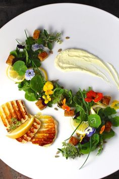 Grilled Cheese Salad Savory Meyer Lemon Whipped Cream Edible Flowers GrilledCheese C. Gourmet Recipes, Vegetarian Recipes, Lemon Whipped Cream, Food Plating Techniques, Grilled Halloumi, Halloumi Salad, Cheese Salad, Flower Food, Edible Flowers
