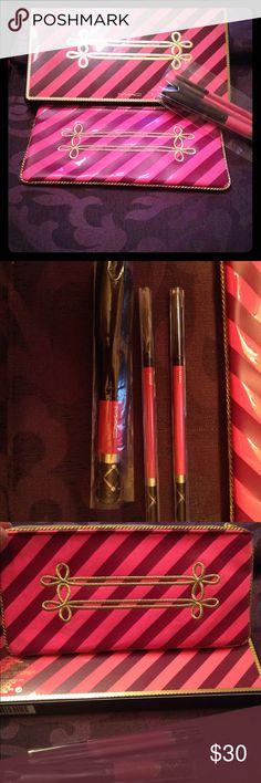 MAC Nutcracker sweet basic brush kit Comes with makeup bag, 129SE powder/blush brush. 209SE eye liner brush and 316SE lip brush. I kept two others it came with. MAC Cosmetics Makeup Brushes & Tools