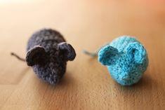 Cheeky mice - free pattern on haakmaarraak. Crochet Cat Toys, Crochet Mouse, Crochet For Kids, Crochet Animals, Crochet Hooks, Free Crochet, Crochet Granny, Knit Crochet, Homemade Cat Toys