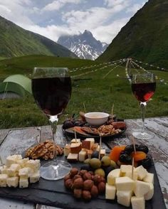 21 Easy, Healthy Snacks For When You're Trying To Lose Weight Comida Picnic, Picnic Date, Beach Picnic, Summer Picnic, Romantic Picnics, Romantic Dinners, In Vino Veritas, Wine Cheese, Aesthetic Food