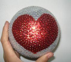 Un regalito que le hice a mi novio, es una bola de unicel con lentejuelas <3 Le encanto :D