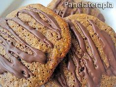 Cookies Integrais de Chocolate e Damasco  1 xícara (200ml) de farinha integral; 1 xícara (200ml) de aveia; 3/4 de xícara (200ml) de açúcar (usei cristal orgânico); 1 colher de sopa de fermento em pó; 6 unidades de damasco picado; 100 gr de chocolate meio amargo picado; 1 colher de margarina em temperatura ambiente; 2 ovos; Leite até dar ponto de massa mole (usei cerca de 1/3 de xícara).
