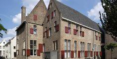 Athenaeumbibliotheek, sinds 1560 stadsbibliotheek van #Deventer, de oudste stadsbibliotheek van Nederland. In panden die vroeger toebehoorden aan een klooster is het historische archief van de stad Deventer ondergebracht en is tevens de Athenaeumbibliotheek gevestigd. De Athenaeumbibliotheek bezit ca. 250.000 boeken waarvan het grootste deel is opgesteld in magazijnen die voor de bibliotheekgebruiker niet direct toegankelijk zijn. U vindt deze locatie aan de Handelskade 75.