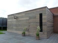 Tuinhuis. Mooi hout, raam in deur mooi, vloer mooi, licht er aan bevestigen goed idee.