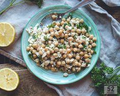 Maukas ja valkosipulinen kikhernesalaatti on erinomainen lounas tai lisukesalaatti pääruoalle. Helppoa ja herkullista, nopeasti valmista.