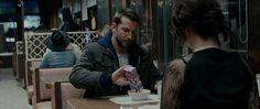 Silver Linings Playbook (2012)  Pat (Bradley Cooper) y Tiffany (Jennifer Lawrence) charlan sobre baile y órdenes de restricción en su primera cita. Ella pide té porque él pidió cereales, y él pidió cereales porque no quería que ella pensara que era una cita… y los dos están oficialmente chiflados.