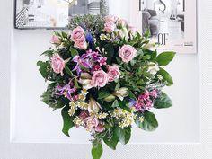 On my table... Für Lilli @kitschcanmakeyourich und ihre #instagraminteriorchallenge Tag 30  #onthetable #iiconthetable . . . #flowers #flowermagic #flowerpower #flowerslovers #instaflowers #flowersofinstagram #flowersmakemehappy #flowerstyling #flowerblogger #flowerpowerbloggers #instablooms #colorful #bunt #mammiladekannauchbunt #tablesituation #onthetableproject #feelfreefeed #nothingisordinary_ #nothingisordinary #flowerbouquet #sidetable #whiteinterior #whitehomes #tv_living…