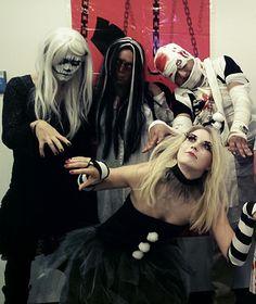 Horrorshow in der SEO Küche. Ein Skelett, eine Zombie Braut, eine Mumie und ein Aufziehpüppchen. Happy Halloween! Frankenstein, Happy Halloween, Horror, Anime, Werewolf, Dark Costumes, Laughing Jack, Bugaboo, Cartoon Movies