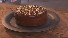Honningkage, som den skal smage efter opskrift af Mette Blomsterberg. Bundene er lækre og fugtige, og kagen overtrækkes med mørk chokoladeganache.