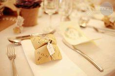 Aujourd'hui je suis ravie de partager avec vous ma décoration de table de mariage. Une décoration que j'ai mis beaucoup de temps a imaginer et créer. Une décoration rustique et romantique, entièrement DIY (évidemment!!) vous me connaissez :) Je tiens à préciser que mon petit mari m'a beaucoup aidé tout au long de nos préparatifs, il a été parfait!