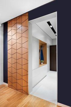 Симпатичное и удачное решение преобразить интерьер с помощью темных обоев и интересной раздвижной двери.