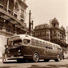 1947 - Ônibus da CMTC no Anhangabaú.