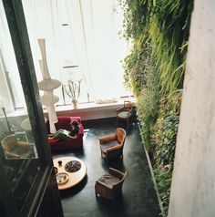 The home office of world-renowned botanist and Father of the vertical garden, Patrick Blanc. Interior high ceilings open plan living with vertical garden. Parisian Apartment, Paris Apartments, Vertical Green Wall, Green Design, Le Living, Living Walls, Living Area, Unique Garden, Easy Garden