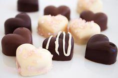 Bomboane din ciocolata umplute cu crema Cookie Desserts, Doughnut, Food And Drink, Candy, Cookies, Recipes, Workshop, Bar, Crack Crackers