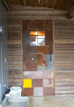母屋の玄関ドアは、仲田さんのコラージュ作品。