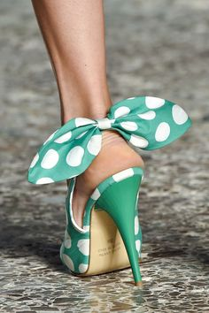 Stella Jean Green Polka Dot Pumps - i adore the big bows! Pretty Shoes, Beautiful Shoes, Cute Shoes, Me Too Shoes, Awesome Shoes, Spring Heels, Stella Jean, Vintage Mode, Vintage Shoes