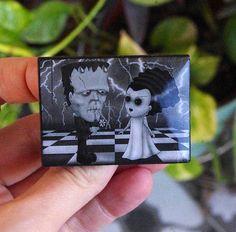 Broche El monstruo de Frankenstein y la Novia. Pin madera con ilustración de los clásicos del cine de terror de Villaoscura en Etsy