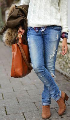 look 1: Casual denim camisa a cuadros, sweater crudo o beige.