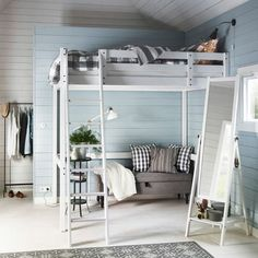 Ein weißes Schlafzimmer mit STORÅ Hochbettgestell weiß gebeizt, 3-teiligem EMMIE RUTA Bettwäsche-Set in Grau/Weiß und ISFJORDEN Standspiegel weiß gebeizt