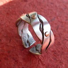 Bague en aluminium torsé et points en cuivre - artisanale pour homme, moitié polie/moitié texturé - anneau ouvert