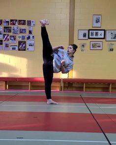 Techniques D'autodéfense, Martial Arts Techniques, Self Defense Techniques, Self Defense Moves, Self Defense Martial Arts, Martial Arts Women, Mma Workout, Kickboxing Workout, Gym Workout Videos