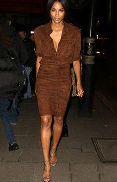 Look Ciara com saia e camisa de suede marrom.