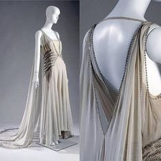 Court presentation gown by Madeleine Vionnet [French], c. 1938 (Worn by a Mrs. Potter Palmer II when presented to Queen Elizabeth, consort to King George VI) Vintage Outfits, Vintage Gowns, Vintage Mode, Vintage Hats, 1930s Fashion, Retro Fashion, Vintage Fashion, Fashion Goth, Look Gatsby