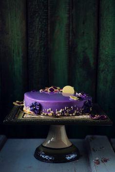 Рецепт - Фиалковый торт с черной смородиной