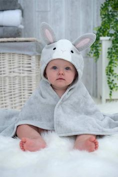 Looking for a baby gift for a newborn baby girl? This cute hooded bunny towel will make the perfect baby present. It can be personalized to make an extra special personalized baby gift too! Source by bathingbunnies Baby Presents, New Baby Gifts, Baby Shower Gift Basket, Baby Shower Gifts, Baby Towel, Personalized Baby Gifts, Christening Gifts, Baby Girl Newborn, Baby Shower Themes