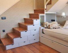 escalera de madera con cajones lacados