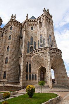 :Palacio episcopal de Astorga, España , obra de Antonio Gaudí.jpg