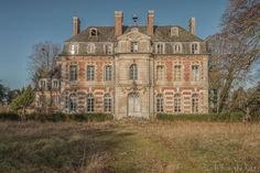 Abandoned Chateau Frozen In Time In The French Countryside I visit a lot of abandoned buildings and places. But this chateau was one of the most beautiful buildings I've seen. We drove hours to get there but it was completely worth it. Abandoned Mansion For Sale, Old Abandoned Buildings, Abandoned Castles, Old Buildings, Abandoned Places, Old Mansions, Mansions For Sale, Abandoned Mansions, Beautiful Architecture